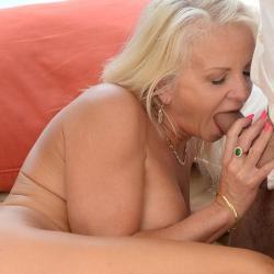 Strakke blonde oma pijpt haar buurman