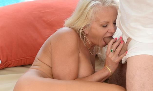 Strakke blonde oma heeft geile sex bij het zwembad