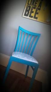 Chaise bleue et toile cirée