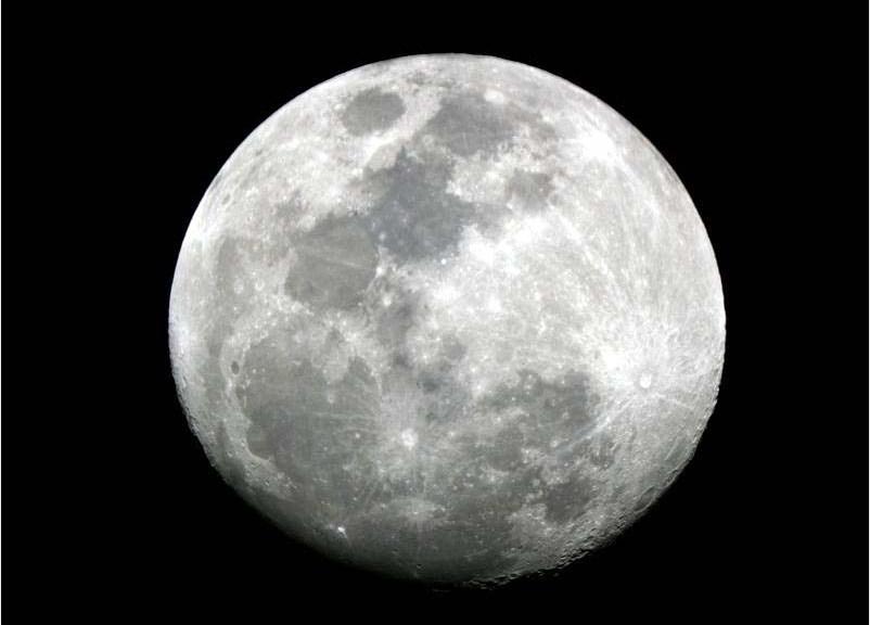 normandie la lune en noir et blanc