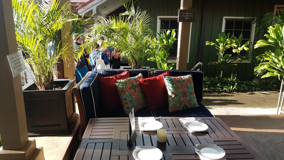 pour house maui outdoor seating
