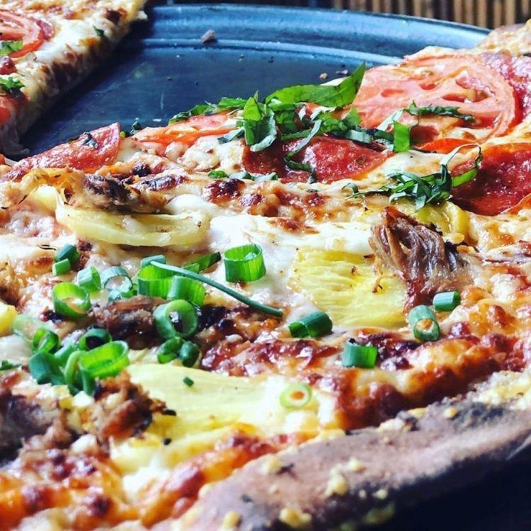 pizza closeup - best happy hour maui