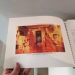 """""""Portafolio de Alê Souto 2007/17, Obras seleccionadas. Arte público y taller"""" Ubicado a la entrada de la exposición """"Hacia Arriba""""."""