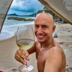 Bernie buvant un verre de vin blanc a Lamai Beach