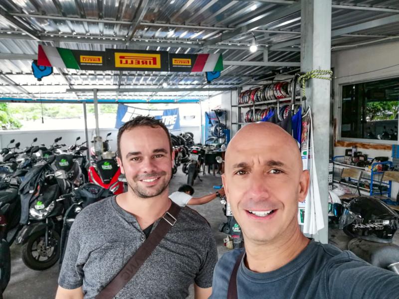 Eddy et Bernie lors de la revision d'entretien du scooter, au garage de Samui Découverte.