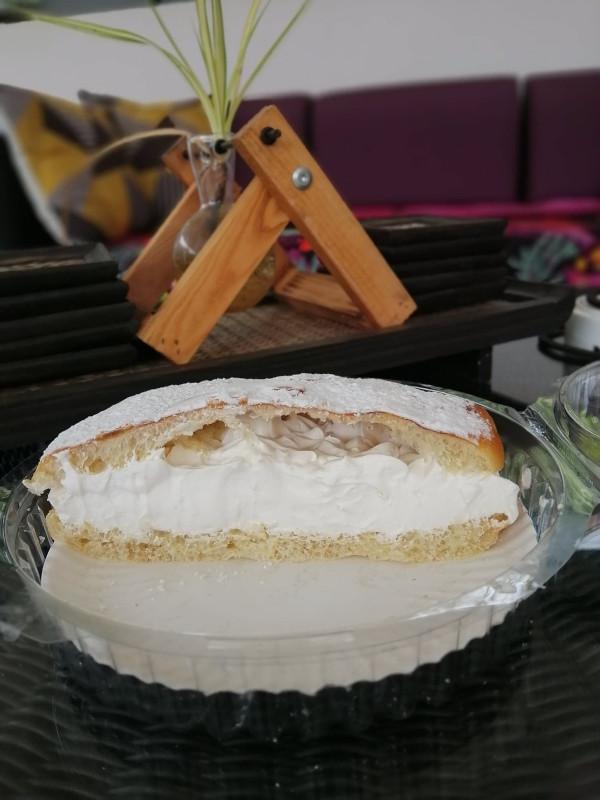 Demi tarte tropézienne pour le gouter avec le cafe. Boulangerie patisserie de Lamai, chez Seb.