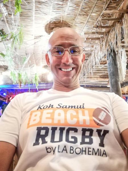 Bernie avec le t-shirt officiel Beach Rugby by la Bohemia.