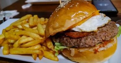 Big Burger Boeuf, oeuf, cheddar, oignon du Petit Malouin a Lamai.