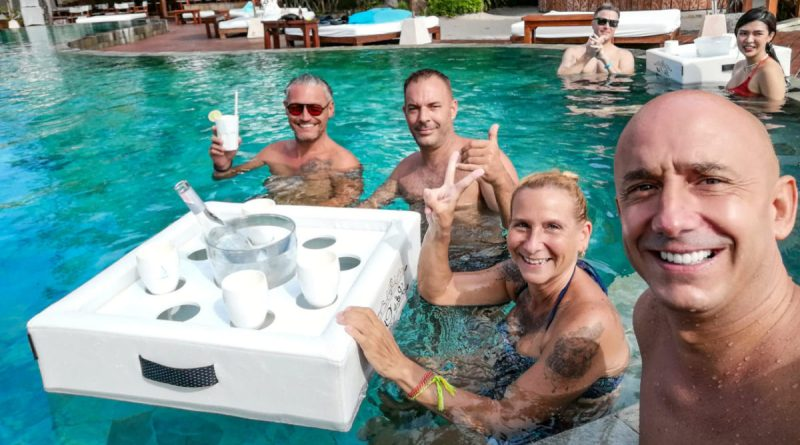 Bar flottant avec des amis dans la piscine du Nikki Beach à Koh Samui