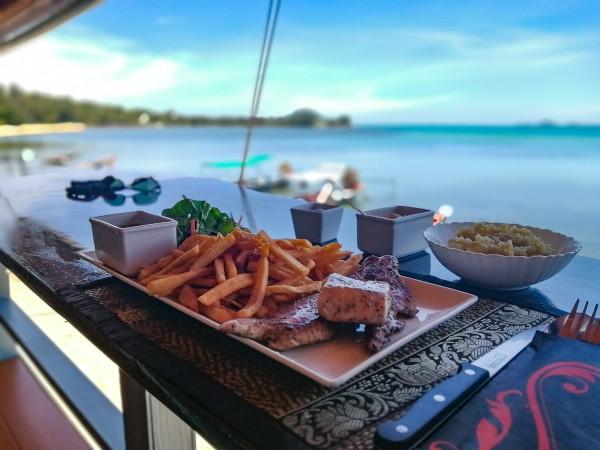 Filet de poisson frais de 250 grammes cuit au beurre avec des frites belges et de la mayonnaise maison. Restaurant The New French Kiss a Koh Samui.