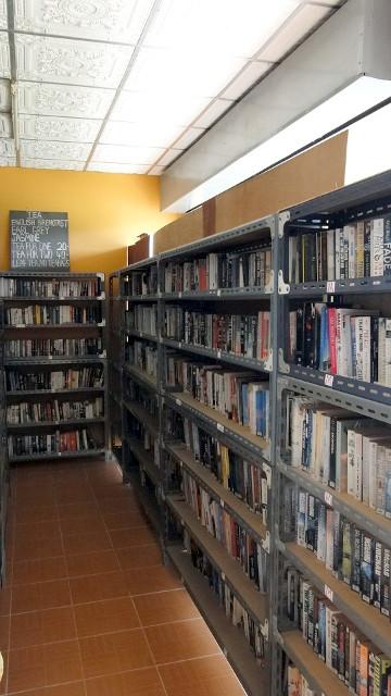 Rayonnage dans la librairie Island Books Samui a Lamai.