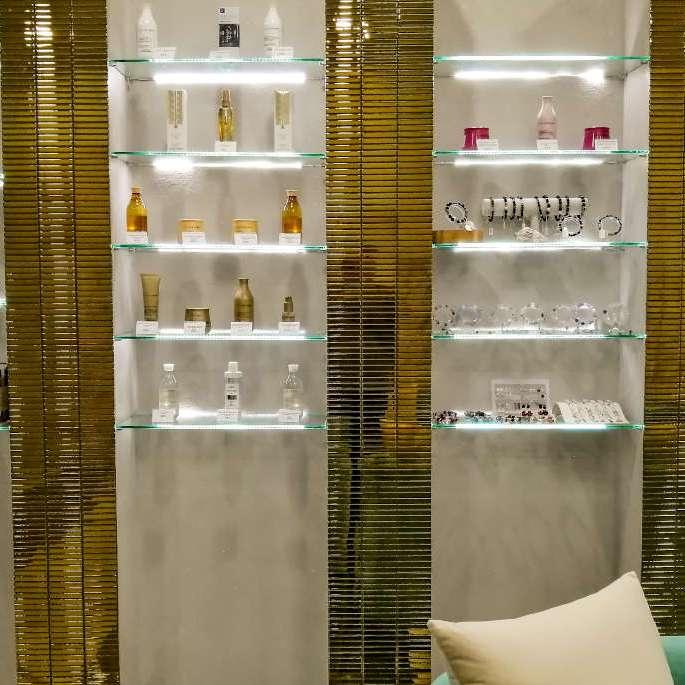 Vitrine luxueuse des produits de beauté et des bijoux chez Ooh La La Beauty & SPA Palace a Koh Samui