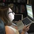 Annie-Danielle avec le laptop dans les mains près du visage