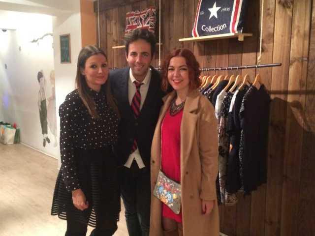 Blogger visitando una importante tienda de moda