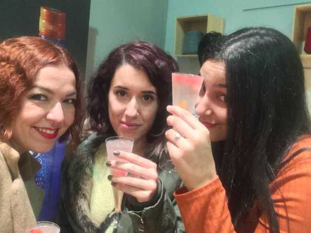 Bloggers brindando en evento shoppening night
