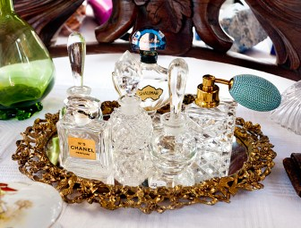 mirrored-gold-gilded-tray-with-antique-perfume-bottles