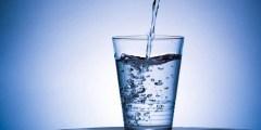 كم يحتاج الجسم من الماء بشكل يومي