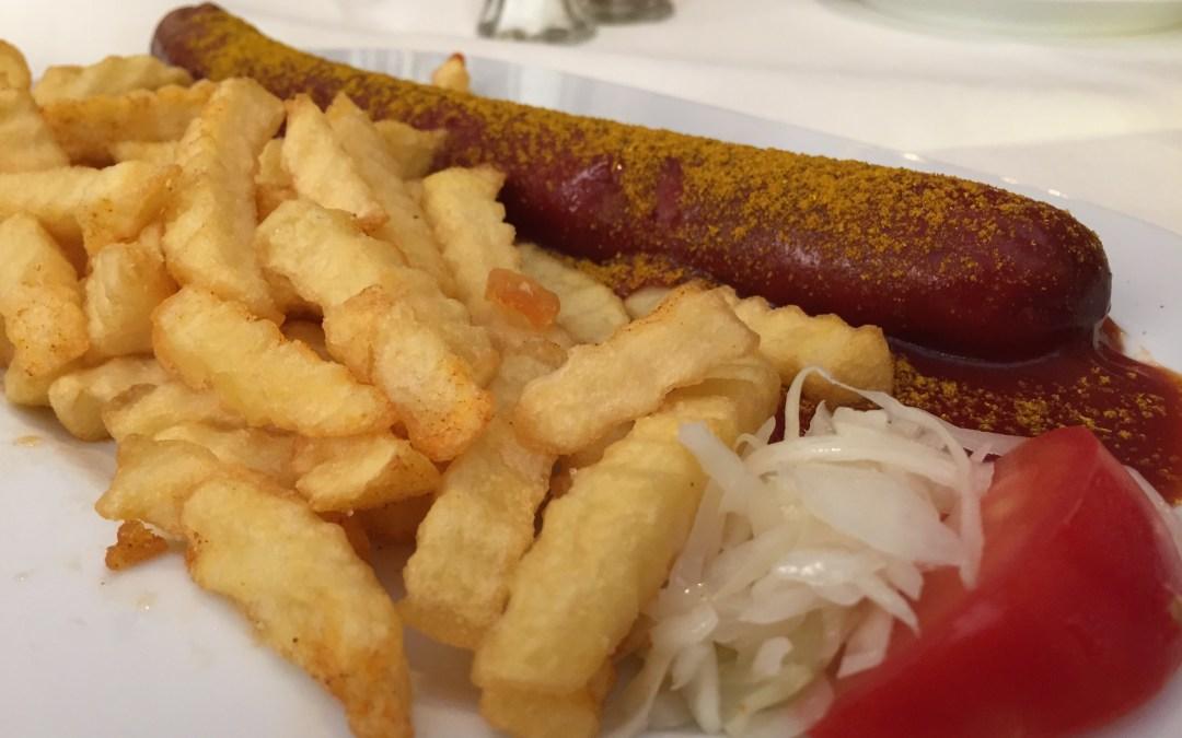 Currywurst mit Pommes frites oder Bratkartoffeln