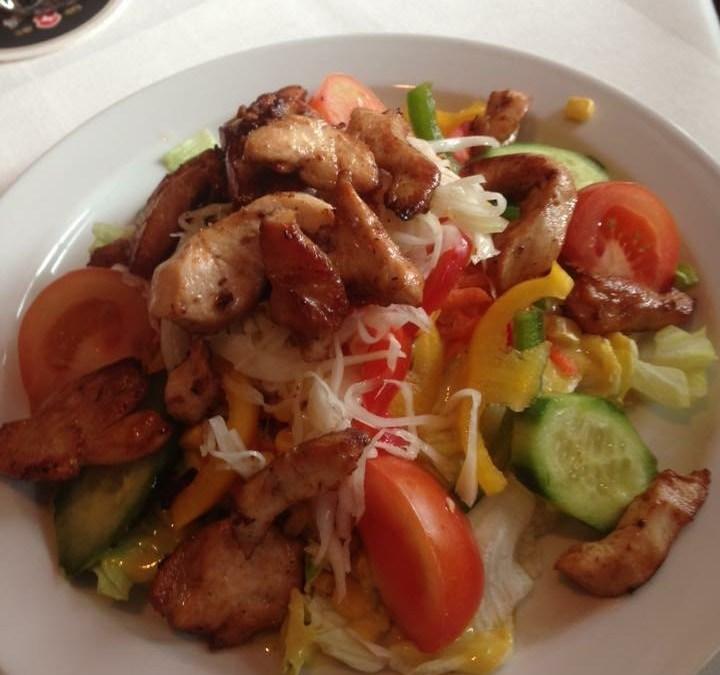 Salatteller mit Hähnchenstreifen