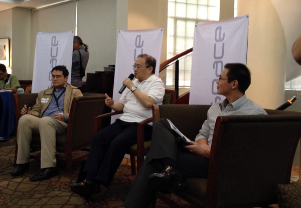 IDEASPACE. PLDT Chairman Manuel Pangilinan answers questions of bloggers in a briefing on IdeaSpace. With him are (left) Earl Valencia, Smart Strategic Business Development head, and Marthyn Cuan, Meralco vice president and chief information officer.