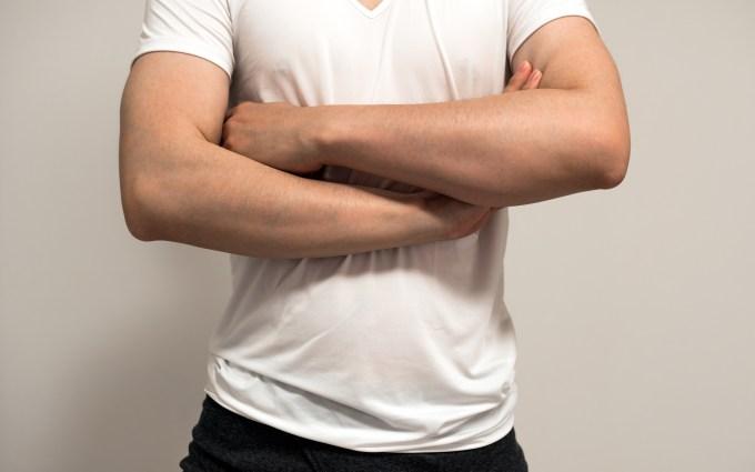 痩せながら筋肉をつけた男性