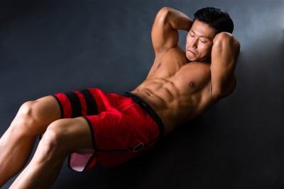 腹筋に意識を集中してトレーニング