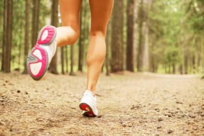 ジョギングをする人