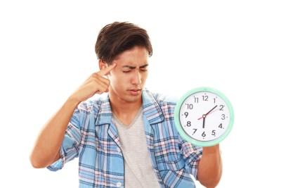 睡眠障害に悩まされる男性