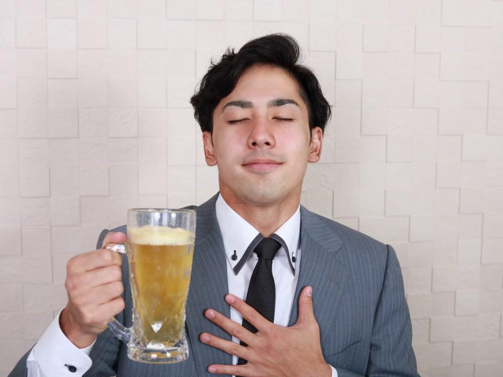 ビールを飲む笑顔の男性
