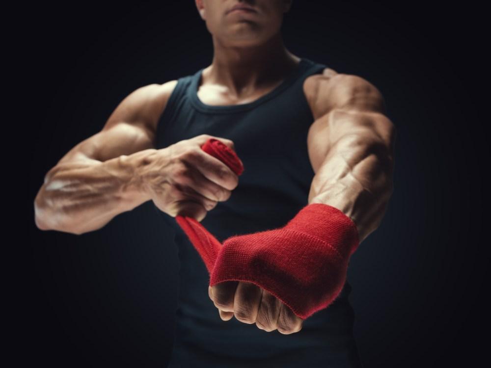 力強い手首の男性