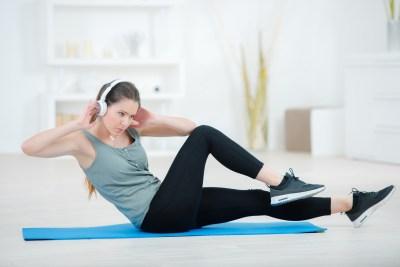 脇腹のトレーニングをする女性