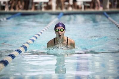平泳ぎをする女性