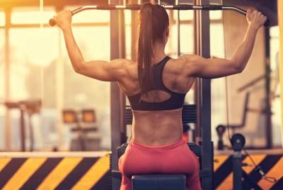 ラットマシンで背筋を鍛える女性