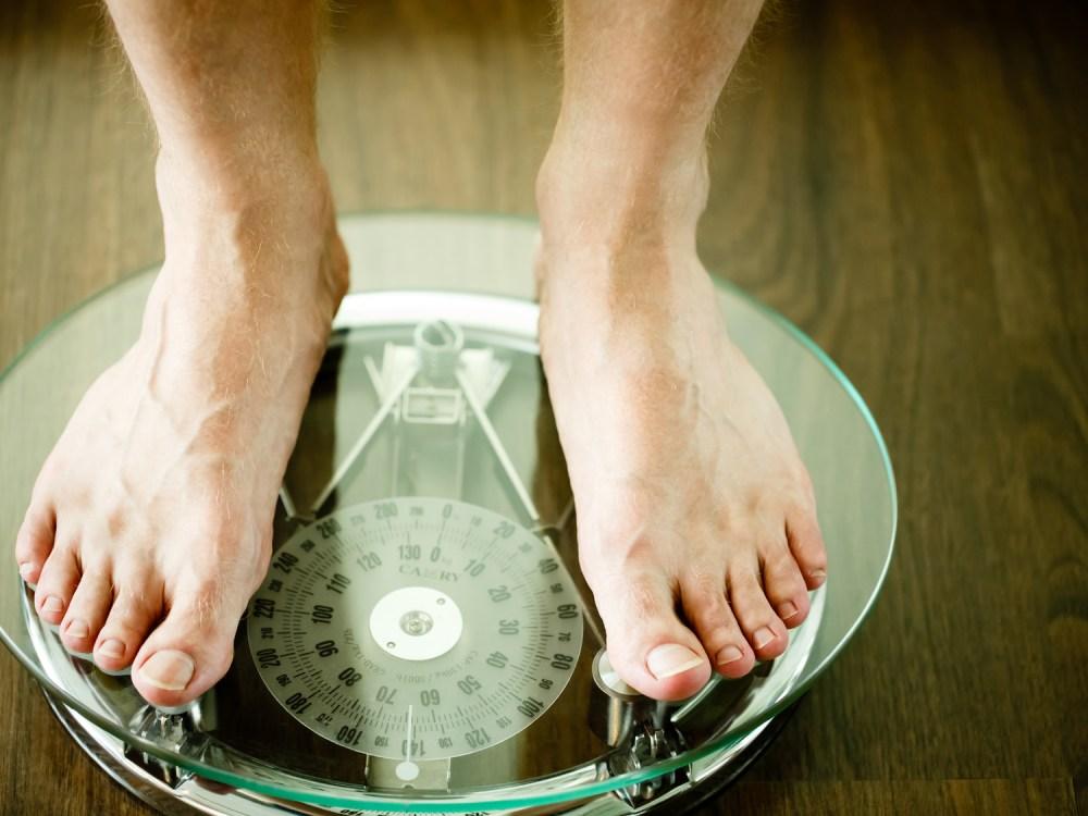 体重計に乗る男性