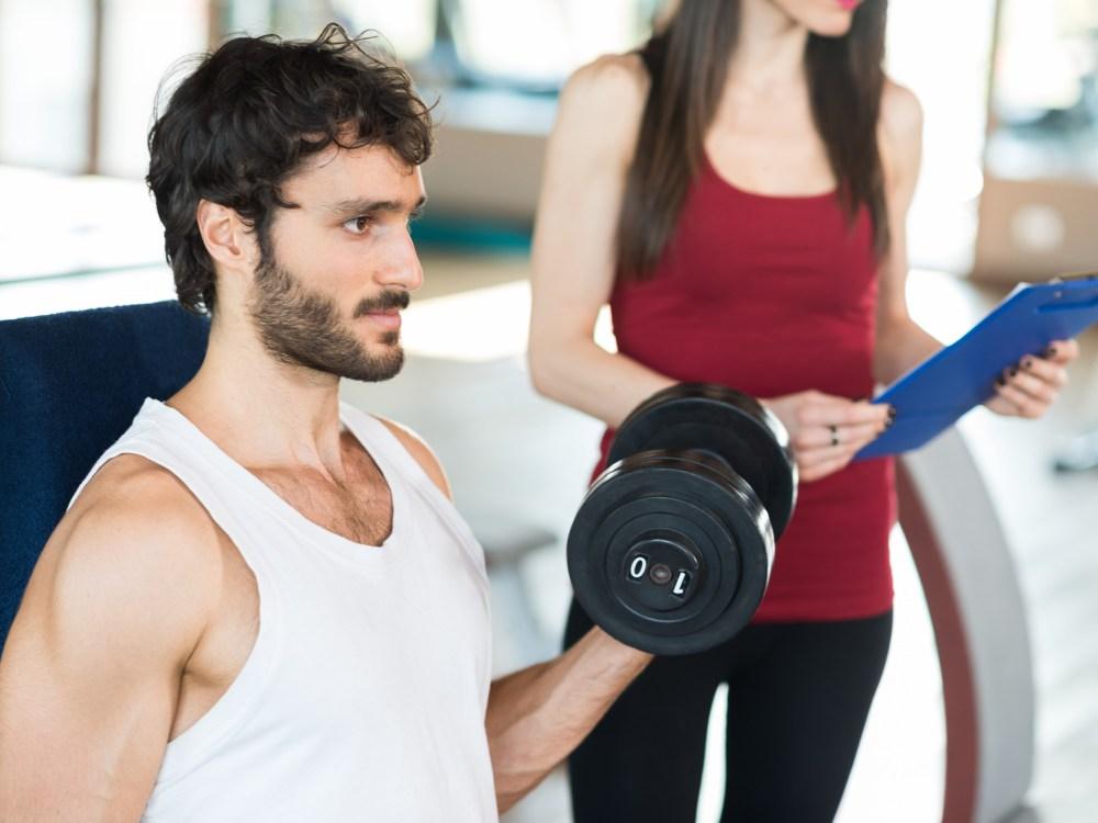 効果的な筋トレメニューをこなす男性