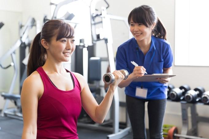減量目的で筋トレをする女性とトレーナー