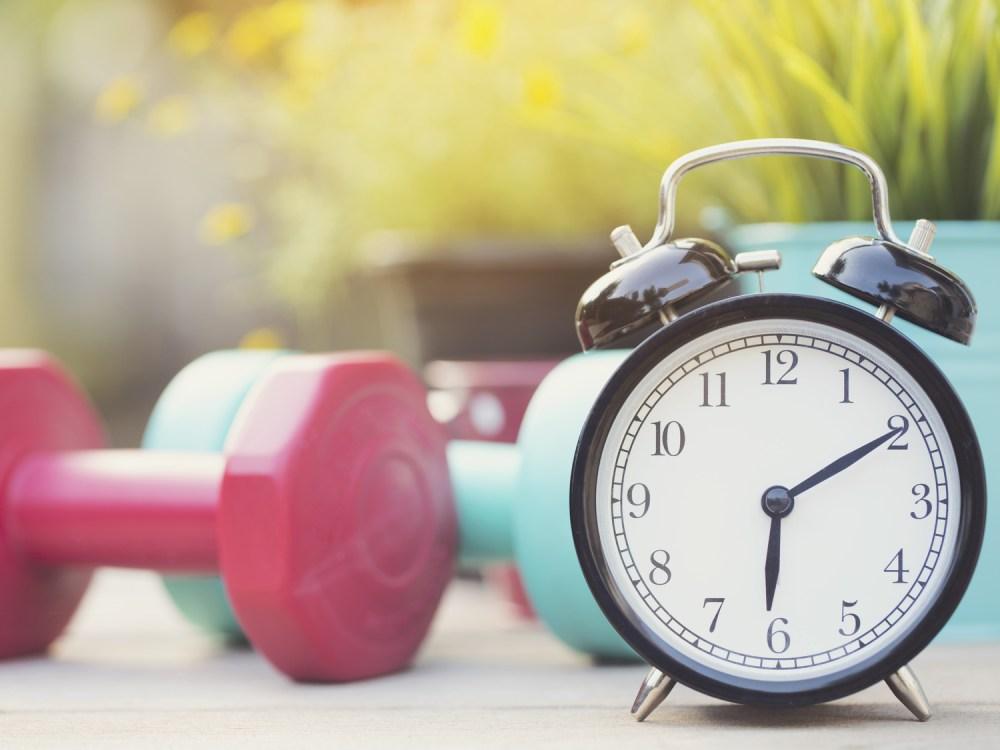 筋トレと時間を象徴するイメージ