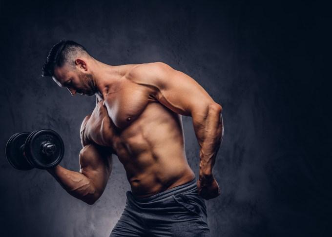 筋トレグッズで腕を鍛える男性