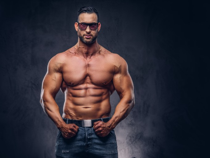 鍛え抜かれた胸筋を持つ男性