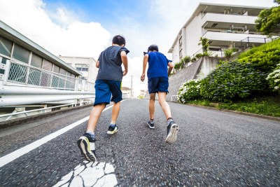 坂道ランニングする小学生