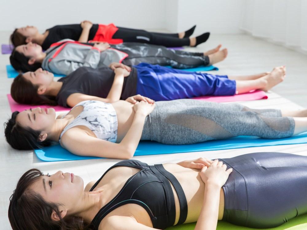腹横筋に効くドローインをする女性たち