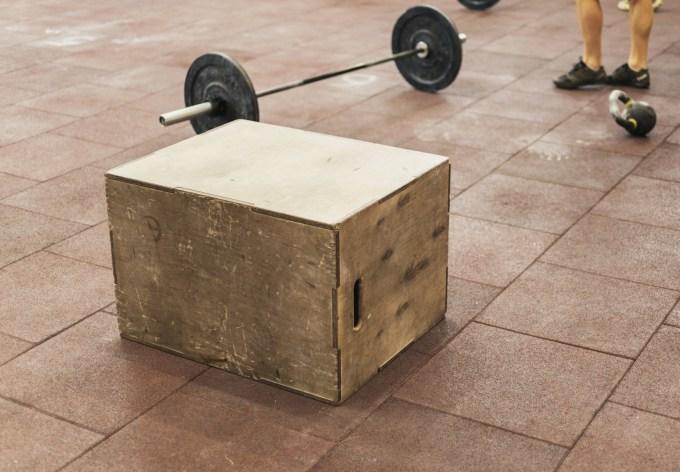 ボックススクワットを行うための木箱とバーベル