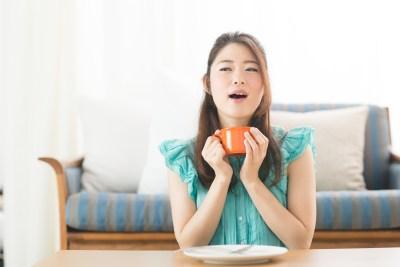 食事で満腹になった女性