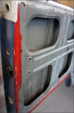 Nas portas foram encontradas as cores branca e vermelha, poderia ser um indicativo do carro ter sido um carro histórico que participou de um filme?