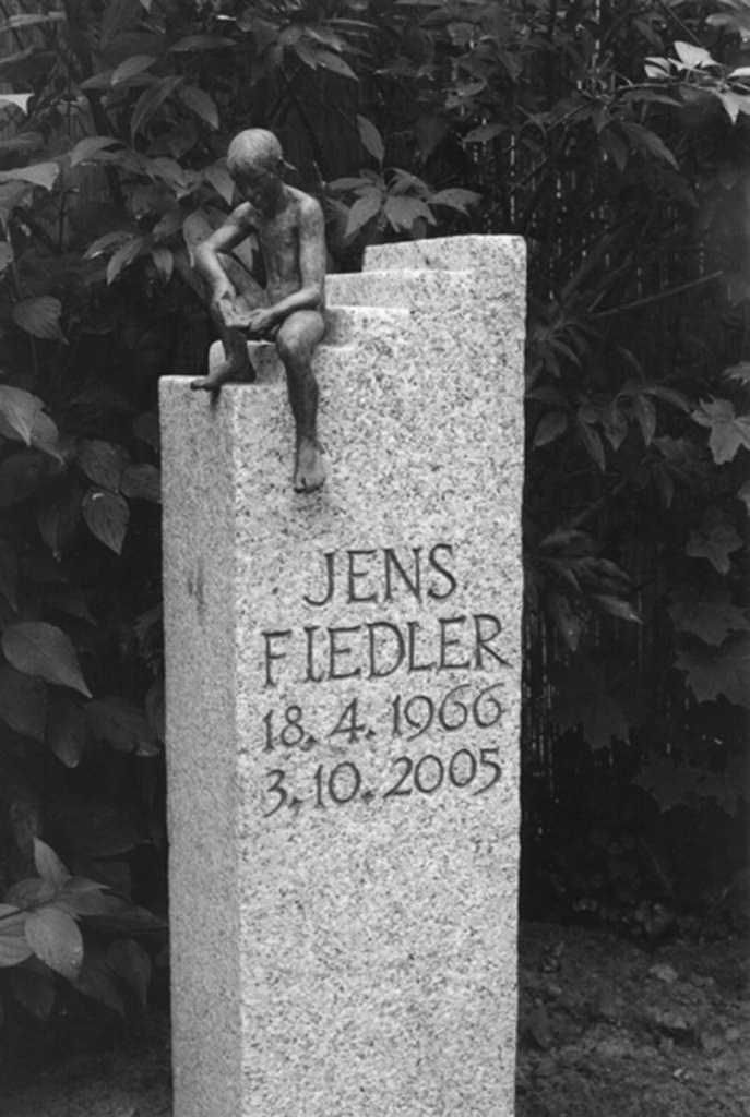 Grabmal für Jens Fiedler, Martin-Luther-Kirchhof, Tegel, entworfen und gestaltet von Maximilian Klinge