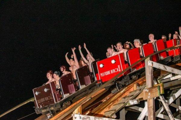Абсолютно голі: у Великобританії пасажири атракціону ...