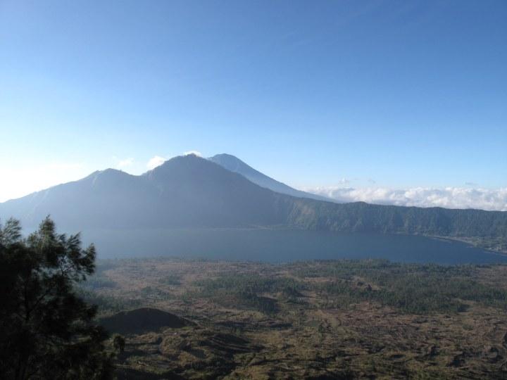 Озеро Батур в кальдере вулкана.