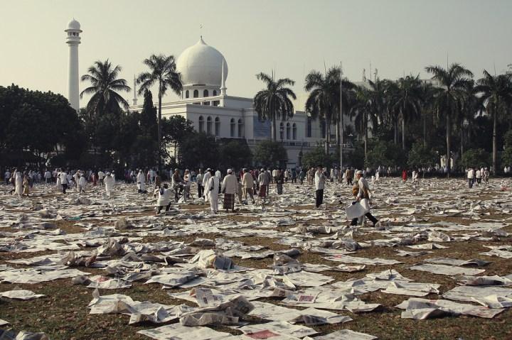 Газеты - это не только новости, но и подстилка во время молитвы. Фото: .