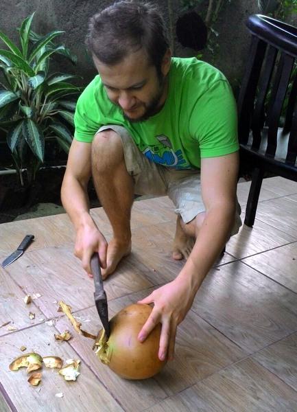 Рубка кокосов топором