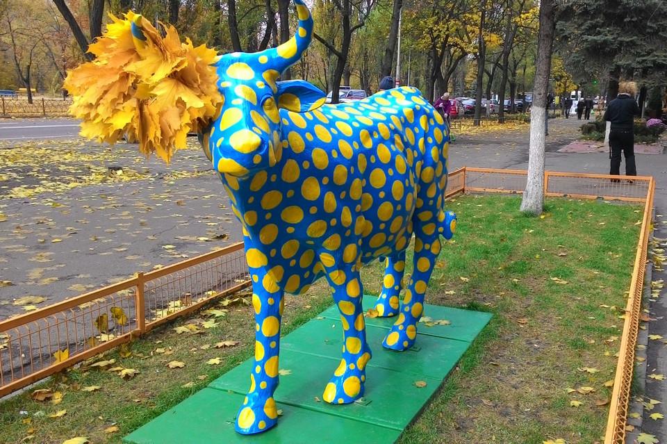 Сине-желтая корова на Русановке в Киеве